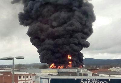 Espectacular incendio en una nave sin actividad en el Polígono de Marifé (VIDEO)