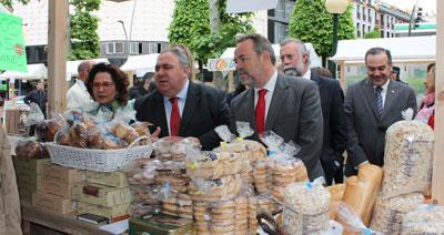 Labrador visitó la muestra de productos artesanales de la provincia en Talavera