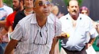 Un alicantino marca el nuevo record de lanzamiento de hueso de dátil y aceituna