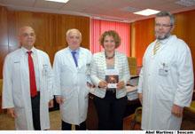 """Una paciente que supera un cáncer dona su libro, """"Corredora de la Vida"""", a la biblioteca del Hospital de Talavera"""