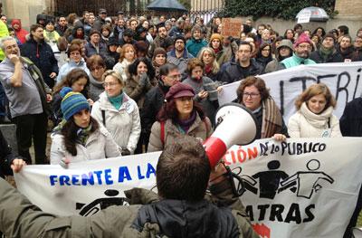 Cerca de medio millar de trabajadores de la JCCM se manifiestan bajo la lluvia en Toledo con el lema 'Frente a la destrucción de lo público, ni un paso atrás'