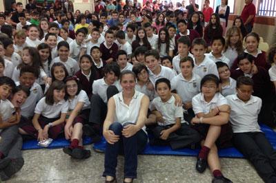 La cinco veces olímpica María Peláez transmite los valores del deporte a los alumnos del Cristóbal Colón