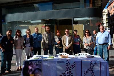 Los grupos políticos acompañan a AFATA en la mesa informativa sobre el Día Mundial del Alzheimer