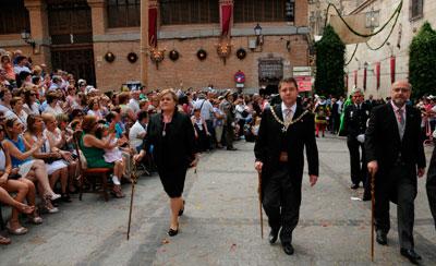 García-Page participa con especial ilusión en su último Corpus como alcalde electo de Toledo