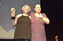 Una emocionada Terele Pávez entregó el galardón a su amiga Kiti Mánver