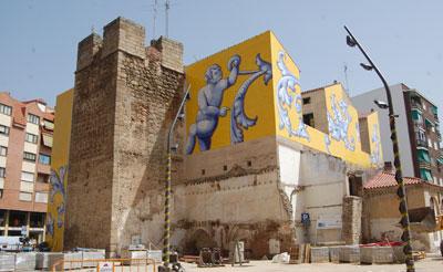 El panel cerámico de la Plaza de San Miguel ya está terminado de instalar.