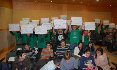 La PAH llevó sus reclamaciones al pleno mostrando carteles reivindicativos