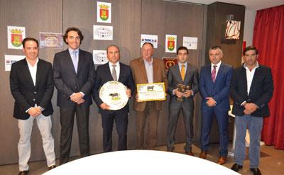 El Club Taurino Talaverano premia al torero Javier Castaño y a la Ganadería Alcurrucén