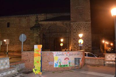 Cadenas de mensajes en la Plaza del Salvador diciendo no a su demolición
