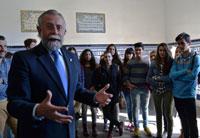 Ramos traslada a los alumnos del Bath las gestiones para el reconocimiento de la cerámica talaverana