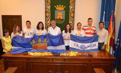 Ramos recibe a la delegación del CN Aqüis que ha obtenido 22 medallas en Zaragoza
