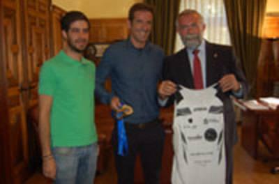 Ramos recibe al triatleta talaverano Luis Rincón tras una gran temporada