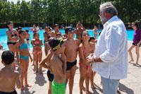 Ramos visita a los alumnos de los Campamentos Urbanos en la piscina de La Piedad