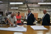 Ramos visita la empresa textil talaverana Texcon y Calidad SL