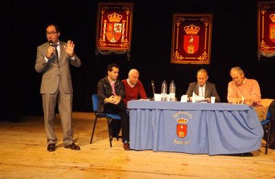 El alcalde navalqueño informando a sus vecinos de todo lo acaecido en la Casa de la Cultura de la localidad. (Foto: J.F.)