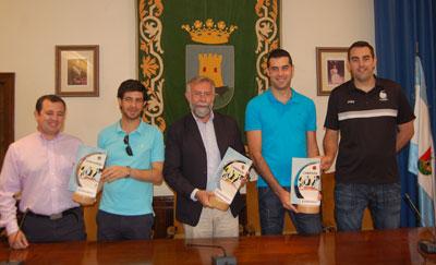 El Basket Talavera presentó al Ayuntamiento los tres trofeos logrados esta temporada