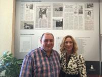 El director de La Voz del Tajo visita la exposición del Colegio de Abogados acompañado por la decana