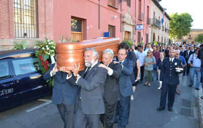 El féretro con los restos mortales del alcalde fue llevado a hombros hasta La Colegial