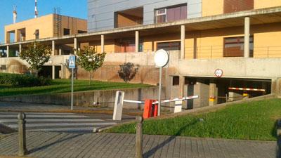La desastrosa señalización y los aparcamientos del Hospital comienzan a adecentarse tras más de un año de 'olvido'