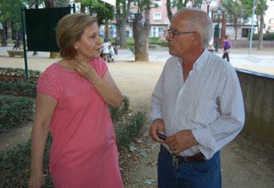 La presidenta de La Solana junto al secretario vecinal de uno de los inmuebles afectados. (Foto: J.F.)