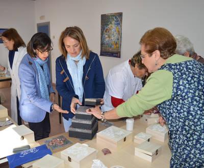 Visita a las alumnas del taller de manualidades