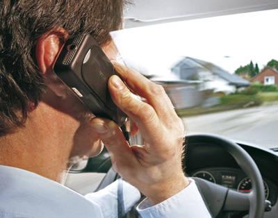 Tres denuncias por hablar por teléfono al volante