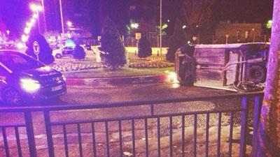 Un coche vuelca al subirse en la glorieta de Juan Carlos I con Avenida de la Constitución
