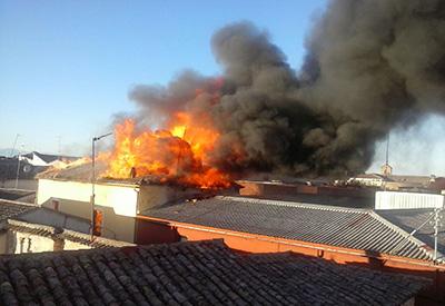 Impresionante incendio en el centro de Puente del Arzobispo