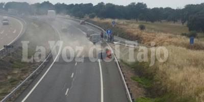 Sale ardiendo un coche en la A-5 a la altura de Alcañizo