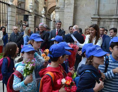 Ofrenda floral que anuncia el comienzo del Corpus