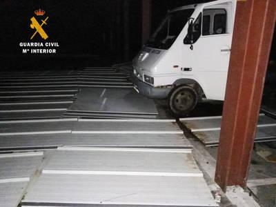 3 detenidos por robar el tejado de una fábrica