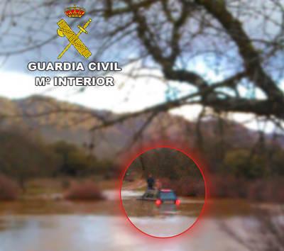 Rescatan a dos personas atrapadas en un río