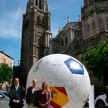 El Balón de los Deseos llega a la plaza del Ayuntamiento para promocionar la celebración del Mundial de Fútbol de Brasil