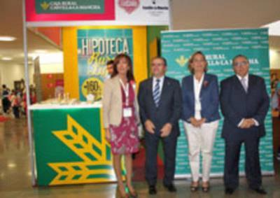 Soriano y Arnedo visitan el stand de Caja Rural Castilla-La Mancha en FARCAMA