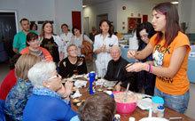"""Los pacientes oncológicos del Hospital de Talavera con las """"manos en la masa"""" en un taller de cupcakes"""