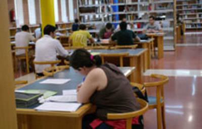 La UCLM convoca 174 becas de colaboración para estudiantes