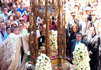 Toledo se vistió de gala bajo un sol de justicia para celebrar una abarrotada procesión del Corpus Christi