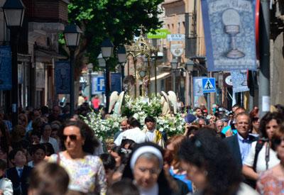 La procesión del Corpus Christi congrega a cientos de fieles en las calles de Talavera