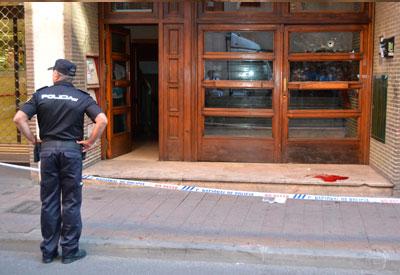 Muy grave la mujer que recibió un disparo en la cabeza en un portal de la Calle Alfares