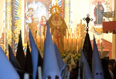 La 'Blanca Paloma' abre con majestuosidad las procesiones de Semana Santa