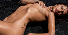 Emily Ratajkowski posa en topless para la revista GQ