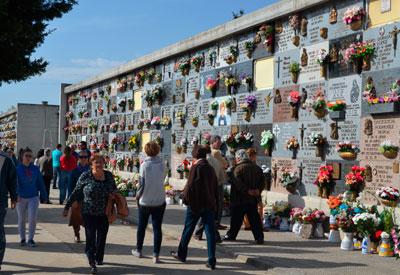 Cientos de talaveranos visitan el Cementerio Municipal para recordar a sus seres queridos en el Día de Todos los Santos