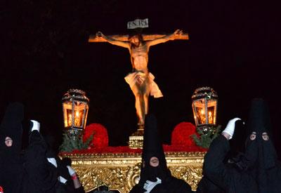 Riguroso silencio y candelas marcan el paso al Cristo de la Espina
