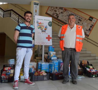 Voluntarios de Cruz Roja recogen las donaciones de la campaña 1x1 d ela UNED