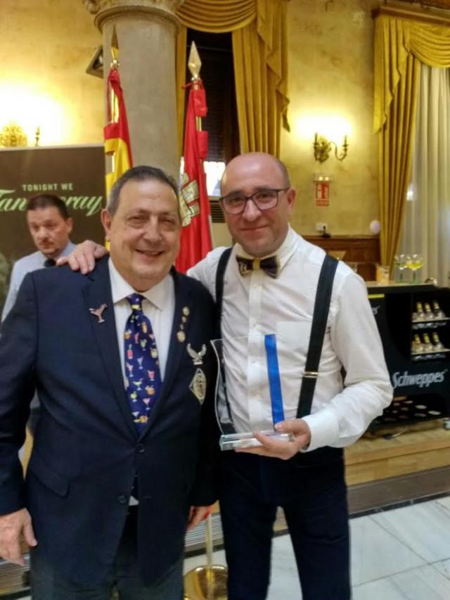 Domingo Martín (d) con el presidente de la Federación Internacional de Barmans Asociaciones (FIBA), Pepe Dioni, durante el certamen de Salamanca