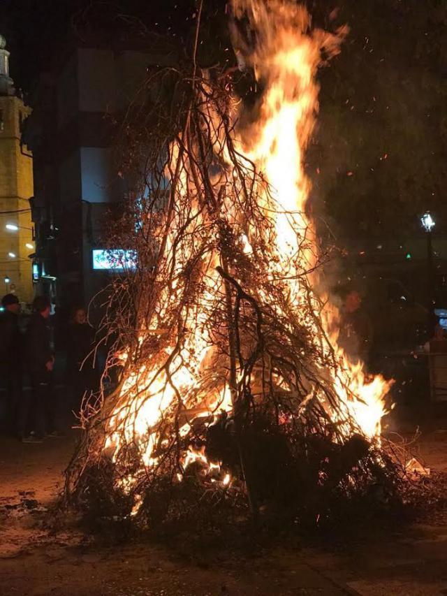 Los chozos de Puente del Arzobispo volvieron a arder en honor a la patrona Santa Catalina