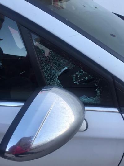 Imagen de la luna rota de uno de los coches donde robaron