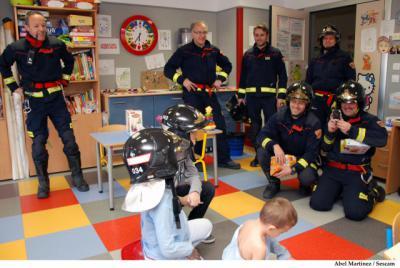 Los Bomberos visitan a los niños ingresados en el Hospital de Talavera