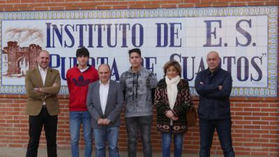 Los becados, Alejandro Sanguino Osa y César Fernández Álvarez, junto a los representantes políticos y el director del centro
