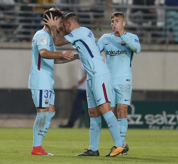 Arnáiz felicitado por sus compañeros tras marcar el tercer gol
